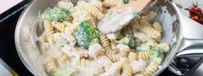 Pasta with broccoli, chicken and cream